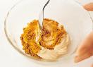 小さめの器にマヨネーズ大さじ3~4と、残りのカレー粉を混ぜ合わせ、カレーマヨを作る。器にメンチカツを盛ってカレーマヨをかけ、キャベツのせん切りを添える。