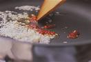 フライパンにサラダ油小さじ2を中火で熱し、にんにくと豆板醤を炒める。香りが立ってきたら豚ひき肉を加え、ぽろぽろになるまでほぐしながら炒める。厚揚げ、しし唐辛子を加えて3~4分炒め合わせ、Aをもう一度混ぜてから回し入れ、味がなじんだら器に盛る。