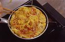 ボールに卵を割りほぐし、【2】とベーコン、塩小さじ1/2、こしょう少々を加えてよく混ぜる。小さめ(直径16cm程度)のフライパンにオリーブオイル大さじ2を強めの中火で熱し、卵液を流し入れる。菜箸で大きく円を描くように混ぜながら焼き、卵が半熟状になったらふたをして火を弱め、3分ほど焼く。