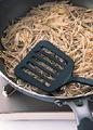直径約26cmのフライパンにオリーブオイル大さじ1を中火で熱し、じゃがいもをフライパン全体に丸く広げ入れる。ときどきフライ返しで押しつけながら8分ほど焼き、縁がカリッとしてきたら、ふたをしてフライパンを裏返し、じゃがいもをふたにのせる。そのまますべらせるようにしてフライパンに戻し入れ、フライ返しで押しつけながら、さらに2~3分焼く。