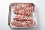 鶏もも肉は両面に塩小さじ1/2、粗びき黒こしょう少々をふる。20分ほどおいて常温にもどし、身のほうに2cm間隔で切り込みを入れる。クレソンは根元の堅い部分を切り、長さを2~3等分に切る。ハニーマスタードソースの材料を小さい器に混ぜる。アルミホイルをフライパンの直径よりひとまわり小さめの円形になるように折る。
