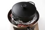 フライパンにサラダ油大さじ1を弱めの中火で熱し、鶏肉を皮目を下にして並べ入れる。アルミホイルをかぶせてフライパンよりひとまわり小さめの鍋をのせ、15分ほどじっくりと焼く。途中、脂が出てきたらペーパータオルで拭き取る。裏返して1~2分焼き、取り出して2~3分ほどおいてから、食べやすい大きさに切る。