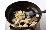 フライパンをきれいに洗って水けを拭く。オリーブオイル大さじ1を中火で熱し、にんにく、玉ねぎ、マッシュルームを入れて炒める。