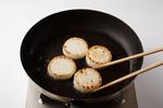フライパンにサラダ油大さじ1を中火で熱し、大根を並べ入れ、ふたをして両面を3~4分ずつこんがりと焼いて、取り出す。