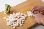 米はといでざるに上げ、30分ほどおく。大根は皮をむき、1cm角に切る。大根の茎は小口切りにし、熱湯で1分ほどゆで、水けを絞る。豚肉は幅2cmに切り、塩、粗びき黒こしょう各少々をふる。しょうがは皮をむいてせん切りにする。