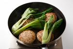 フライパンにごま油大さじ1を中火で熱し、【2】を並べ入れて両面をこんがりと焼きつける。青梗菜、水1/2カップを加えてふたをし、3~4分蒸し焼きにして、器に盛る。