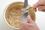 ごぼうは包丁の背で皮をこそげて鉛筆を削る要領でささがきにし、切ったはしから酢水(水500mlに対し、酢小さじ1)に5分ほどさらしてざるに上げ、水けをきる。かぶは葉を切り分け、皮をむいて半分に切る。葉は長さ5cmに切る。片栗粉大さじ1を水大さじ1で溶き、水溶き片栗粉を作る。