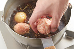 鍋にごま油大さじ1を中火で熱し、しょうが、にんにくを入れてさっと炒める。水2カップと煮汁の材料を入れて煮立て、かぶを加えて5分ほど煮る。【2】を1/8量ずつ丸めて入れ、5分ほど煮る。かぶの葉を加えてさっと煮たら、水溶き片栗粉をもう一度混ぜてから回し入れ、手早く混ぜてとろみをつける。