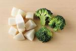 ブロッコリーは小房に分け、大きければ縦半分に切る。かぶは葉と茎を切り落とし、皮つきのまま2cm角に切る。
