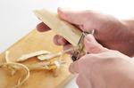 うどは、長さ4~5cmに切ってから、内側の白い部分が出てくるまで、厚めに皮をむく。細長い乱切りにし、水に10分ほどさらして水けを拭く。鍋にたっぷりの湯を沸かして、塩少々を加え、グリーンピースを1分ほどゆで、ざるに上げて水けをきる。マリネ液の材料をボールに合わせる。