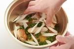 鶏肉を薄いそぎ切りにし、マリネ液のボールに入れ、うど、グリーンピースを加えてよくからめる。器に盛り、粗びき黒こしょう適宜をふる。