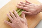 ふきは葉と茎の根元の茶色い部分を切り落とし、ゆでる鍋に入るくらいの長さに切る。まな板の上に並べ、塩少々をふって両手で前後にころがす(板ずり)。