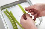 鍋にたっぷりの湯を沸かし、ふきを入れて強火で3分ほどゆで、水にとる。さめたら筋を取り、長さ4~5cmに切る。