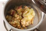 煮立ったら弱火にし、12分ゆでる。竹串がすーっと通るくらいになったらさつまいもを鍋に残し、湯を捨てる。大豆を加えて再び中火にかけ、鍋を揺すりながらさつまいもに粉がふくまで水けをとばす。