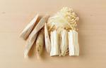 ごぼうは皮をこそげ、長さ10cmくらいの乱切りにして水に5分さらす。えのきは根元を切って長さを半分に切る。下半分はかるくほぐす。