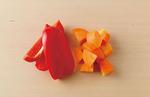 にんじんは皮つきのまま2cm角に切る。パプリカは縦半分に切ってへたと種を取り、さらに縦半分に切る。