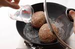 フライパンにサラダ油大さじ1を中火で熱し、【2】を並べ入れて両面をこんがりと焼く。水1/2カップを注ぎ、ふたをして5~6分蒸し焼きにし、いったん取り出す。