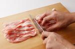 玉ねぎは、縦に幅7~8mmに切る。豚肉は、長さを半分に切る。たれの材料を小さめの器に合わせる。片栗粉小さじ1/2は水小さじ1で溶いておく。