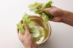 レタスは食べやすくちぎる。にらはキッチンばさみで長さ4~5cmに切る。