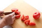 トマトはへたを取って、一口大に切る。オクラはへたの先を切って、がくのまわりをぐるりとむき、まな板に並べて塩適宜をふる。ころがしてもみ、塩を洗い流して斜め半分に切る。鶏肉は一口大に切り、塩、粗びき黒こしょう各少々をふる。小さい器に片栗粉小さじ1、水小さじ2を合わせ、水溶き片栗粉を作る。