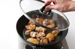 フライパンにごま油大さじ1を中火で熱し、鶏肉を並べ入れる。両面にこんがりと焼き色がついたら、酒大さじ1をふり、ふたをして2~3分蒸し焼きにして取り出す。