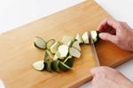 ズッキーニはへたを切って、一口大の乱切りにする。セロリは葉と茎に切り分け、葉は食べやすく切る。茎はピーラーで筋を取り、斜めに幅3~4mmに切る。小さめの器にマヨソースの材料を合わせる。