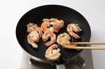 フライパンにサラダ油大さじ1を中火で熱し、ズッキーニ、セロリの茎を入れてこんがりとするまで炒める。セロリの葉を入れてさっと混ぜたらボールに取り出す。続けて、サラダ油大さじ1を中火で熱し、えびを並べ入れる。両面をこんがりと焼いて、同じボールに入れる。マヨソースを加えてからめ、器に盛り、一味唐辛子適宜をふる。