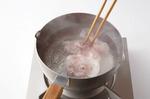 鍋に湯を沸かし、塩少々を加え、豚肉を2~3枚ずつ入れて菜箸でほぐす。肉の色が変わったら、ざるに上げて水けをきる。そばにのせ、にらだれをかける。