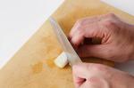 ねぎは、長さ2cmに切り、表面に斜めに2~3mm間隔で浅く切り込みを入れる。しし唐は縦に1本切り目を入れる。もやしは水でさっと洗ってざるに上げ、水けをきる。鶏肉は2cm角に切り、塩、粗びき黒こしょう各少々をふる。