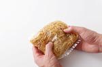中華蒸し麺はほぐれやすいように、袋の上からかるくもむ。