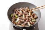 フライパンにサラダ油大さじ1を中火で熱し、鶏肉、ねぎを入れて焼く。こんがりとしたらしし唐辛子を加え、さっと炒める。中華蒸し麺をほぐしながら入れ、酒大さじ1をふり、塩小さじ1/2、粗びき黒こしょう少々をふって炒める。もやしを加えてさっと炒め、塩適宜で味をととのえ、器に盛る。七味唐辛子適宜をふり、レモンを添える。