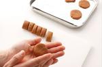 1切れずつ手のひらで丸めてから、指や手のひらで直径4 ~5cm、厚さ5mmにのばしてオーブン用シートを敷いた天板に並べる。