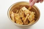 【2】をボールに入れ、Aの材料をふりかけ、さっと混ぜる。器に盛り、パセリをふる。ケチャップ、マヨネーズ各適宜と、レモンを添える。  ※中温=170~180℃。乾いた菜箸の先を底に当てると、細かい泡がシュワシュワッとまっすぐ出る程度