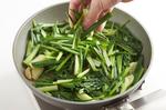 フライパンにごま油大さじ2、にんにくを入れて弱火にかけ、香りが立ったら、【3】を汁ごと加えてさっと混ぜ、強火にして炒める。青梗菜の葉、小松菜の葉、にらを加え、さっと炒め合わせる。塩適宜で味をととのえ、器に盛り、粗びき黒こしょう適宜をふる。