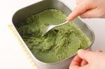 半分くらい固まったところで一度取り出し、フォークまたはスプーンで空気を含ませるようによく混ぜる。これを2~3回繰り返して、完全に冷やし固める。  ※シャリッとした食感を残すために、冷やし固める際に混ぜすぎないのがポイントです。