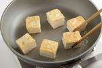 フライパンにごま油大さじ1を中火で熱し、豆腐を並べ入れ、両面にこんがりと焼き色がつくまで焼きつけて、塩少々をふって取り出す。