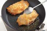 フライパンにサラダ油を高さ1cmほど入れて中火で熱し、【4】を重ならないように入れて、スプーンで油をかけながら、両面を3~4分こんがりと揚げ焼きにする。油をきり、食べやすく切る。器に盛り、キャベツ、レモンを添え、ごまソースをかける。  ※揚げ油の温度、分量や揚げ時間(記載がある場合のみ)は必ず守ってください。ころもがはがれたり、具が溶け出たりした場合は大変危険なので、フライパンのふたでガードするなど、やけどしないようにご注意ください。