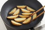 フライパンにサラダ油大さじ1を中火で熱し、じゃがいもを入れ、全体をこんがりと焼く。竹串がすーっと通るくらいになるまで7~8分ほど焼いたら、取り出して油をきる。