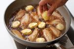 煮汁の材料を入れて煮立て、落としぶたをして弱火で10分ほど煮る。栗を加えてふたたび落としぶたをし、さらに15分ほど煮る。落としぶたを取ってねぎを加え、中火で5分ほど煮る。煮汁がほとんどなくなったら火を止め、器に盛る。