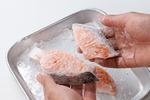 鮭は3~4等分に切り、片栗粉を薄くまぶす。まいたけは石づきを切る。