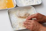 ぶりは塩、粗びき黒こしょう各少々をふり、小麦粉、溶き卵、パン粉を順にからめる。