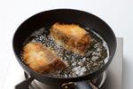 フライパンにサラダ油を高さ1cmほど入れて中火で熱し、ぶりを並べ入れて両面を5~6分揚げ焼きにする。きつね色になったら油をきり、食べやすく切る。器にご飯を盛り、キャベツを広げ、ぶりをのせる。みそソースをかけ、白いりごまを散らし、練り辛子適宜を添える。