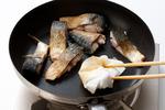 フライパンにサラダ油少々を中火で熱し、さばを並べ入れて両面をさっと焼く。余分な脂をペーパータオルで拭く。