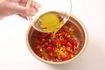 ボールにプチトマト、パプリカを入れ、ドレッシング液を加えて混ぜ合わせる。