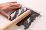 クリームサンドココアクッキーのクリームを取り除く。ファスナーつき保存袋にココアクッキーを入れて口を閉じ、上からめん棒でたたいて、細かく砕く。耐熱のボールにバターを入れ、電子レンジ(600W)で30~40秒加熱して溶かす。クッキーを加えてまんべんなく混ぜ合わせる。型の底に入れ、スプーンの背で押して平らに敷きつめる。ラップをかけ、使う直前まで冷凍庫に入れておく。