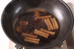 かれいを取り出して器に盛り、たれがとろりとするまで煮つめる。ごぼうを盛り、たれをかけ、しょうがのせん切りを添える。