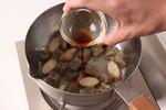 鍋にこんにゃくを入れ、強火で炒める。ごま油大さじ1、ごぼうを加えてさらに炒め、しょうゆ小さじ1をからませる。酒1カップ、大根、にんじん、玉ねぎを加えて3分ほど煮る。