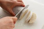 生地を幅1cmに切り分ける。フライパンを中火で熱して並べ入れ、表面に焼き色がついてふっくらするまで、返しながら10~12分焼く。砂糖、しょうゆを混ぜ合わせ、つけていただく。   ●残ったかき餅の生地は、1切れずつラップで包み、冷蔵庫で7日、冷凍庫で1カ月保存することができます。