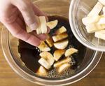 <b>すべて混ぜてレンジでチン。</b> ボールにバナナを加えてさっと混ぜ、ラップをかけずに電子レンジで30秒ほど加熱。このひと手間で、バナナのエキスがぐんと出やすくなるみたい。