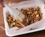 <b>バットに入れ、オーブンで焼く</b> 【2】をバットに入れ、表面が平らになるように広げる。170℃のオーブンで、様子をみながら20分ほど焼く。こんがりとしたら取り出してさまし、食べやすく手で割る。